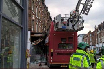 ლონდონში ორსართულიანი ავტობუსი მაღაზიებს შეეჯახა