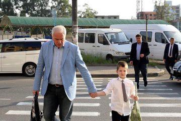 დაღუპული პოლიციელის შვილი სკოლაში პირველად გიორგი მღებრიშვილმა წაიყვანა