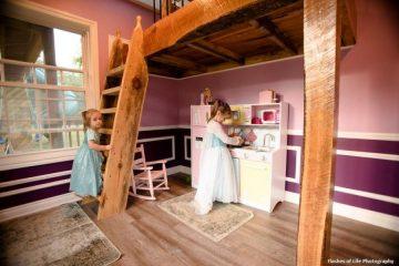მამამ თავის ორ პატარა გოგოს საოცნებო სათამაშო სახლი აუშენა