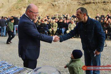 თავდაცვის მინისტრმა სამხედრო მოსამსახურეებს ახალი ბინები გადასცა