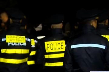 """""""რუსთავი 2""""-ის შენობასთან საპატრულო პოლიციის ეკიპაჟებია მობილიზებული"""