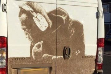 BBC: ბრიტანელი ხელოვანი, რომელიც ჭუჭყისგან ნახატებს ჰქმნის