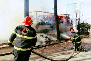 კოსტავას ქუჩაზე ავტომობილზე დატვირთულ თივას ცეცხლი გაუჩნდა