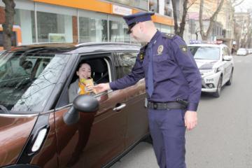 საპატრულო პოლიციის თანამშრომლებმა ქალ-მძღოლებს 8 მარტი მიულო