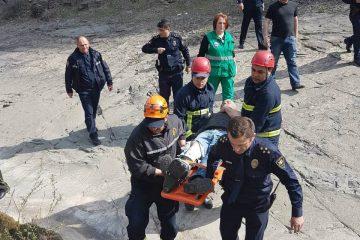მამაკაცი 15 მეტრის სიმაღლის კლდიდან გადმოვარდა