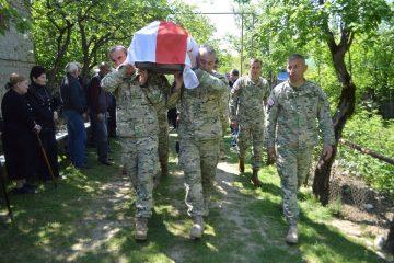 აფხაზეთიდან გადმოსვენებული 4 მეომარი საჩხერეში სამხედრო პატივით დაკრძალეს