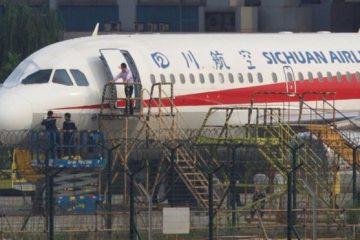 ჩინური ავიახაზების პილოტი საქარე მინიდან ნახევრად გადავარდა