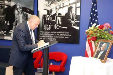 საქართველოს პრეზიდენტმა და პრემიერმა თბილისში ამერიკის საელჩოში მაკკეინის ხსოვნას პატივი მიაგეს