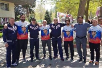 """რადიო """"თავისუფლება"""": რამდენიმე ქართველმა მოჭიდავემ რუსეთის დროშის ფერებში შეკერილი, დე ფაქტო პარლამენტის წევრ ძამბოლატ თედეევის გამოსახულებიანი მაისურები მოირგო"""