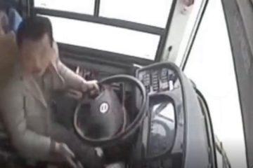 ჩინეთში მძღოლის და მგზავრის ჩხუბის გამო ავტობუსი მდინარეში გადავარდა