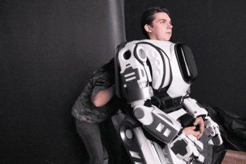 რუსეთში ტექნოლოგიურ ფორუმზე წარდგენილი რობოტი კოსტიუმში გადაცმული კაცი აღმოჩნდა