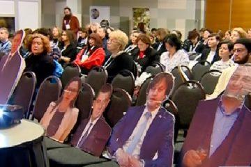 ზიანის შემცირების კონფერენცია – აქტივისტებმა იმ პოლიტიკოსების ბანერები გამოფინეს, რომლებიც ღონისძიებას არ ესწრებიან