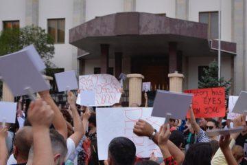 თბილისში, რუსეთის ყოფილი საელჩოს შენობასთან სტუდენტები იკრიბებიან