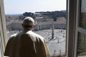 პაპი ფრანცისკე წმ. პეტრეს ცარიელ მოედანზე დგას და ქალაქსა და ქვეყნიერებას მიმართავს