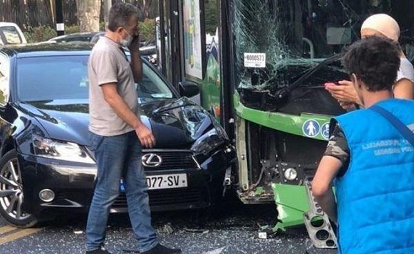 მსუბუქი ავტომობილი და ავტობუსი ერთმანეთს ჭავჭავაძის გამზირზე შეეჯახა