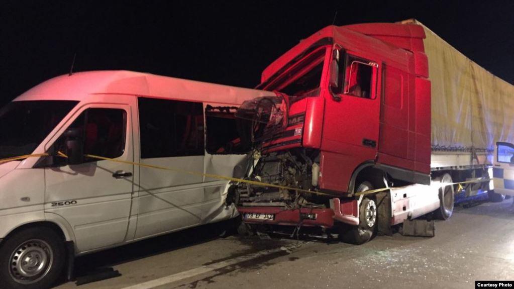 ავტოსაგზაო შემთხვევის შედეგად 5 ადამიანი გარდაიცვალა, 14-მა მგზავრმა კი სხეულის სხვადასხვა სიმძიმის დაზიანებები მიიღო
