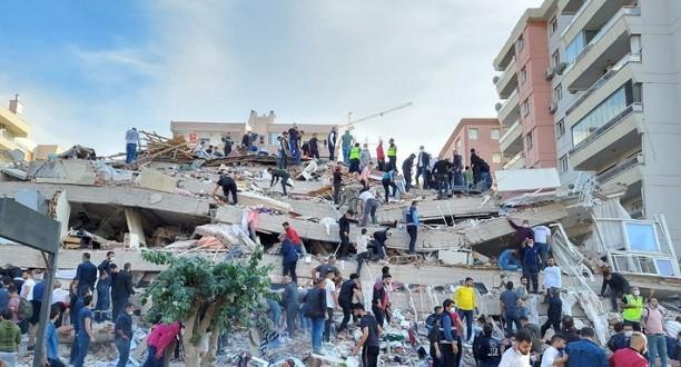 იზმირში დღეს მომხდარი ძლიერი მიწისძვრის შედეგად, სულ მცირე ოთხი ადამიანი გარდაიცვალა