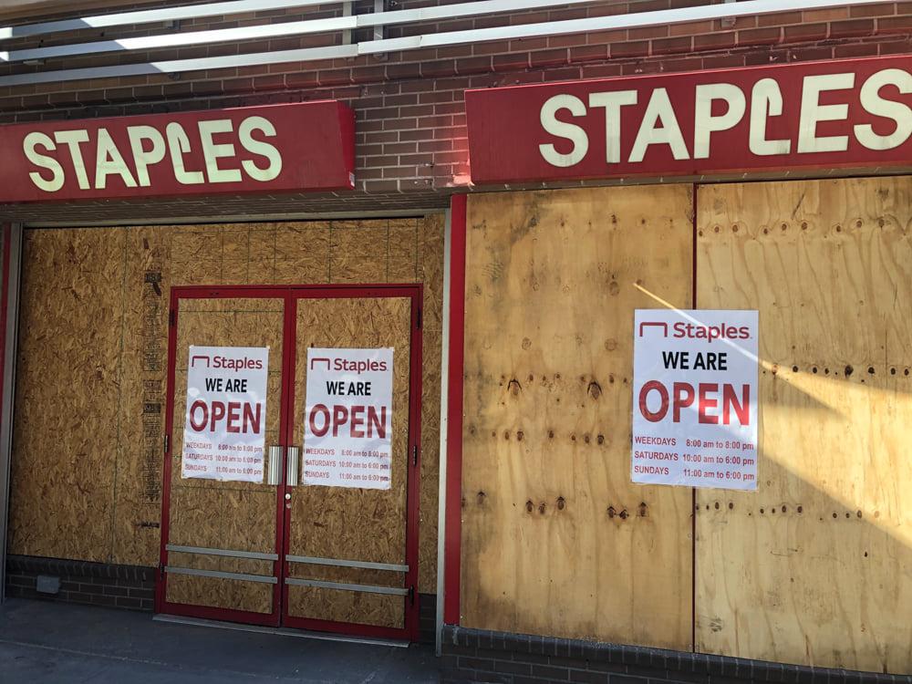 ნიუ-იორკი საპრეზიდენტო არჩევნებისთვის ემზადება – მაღაზიების მეპატრონეები თავს იზღვევენ (ფოტოები)
