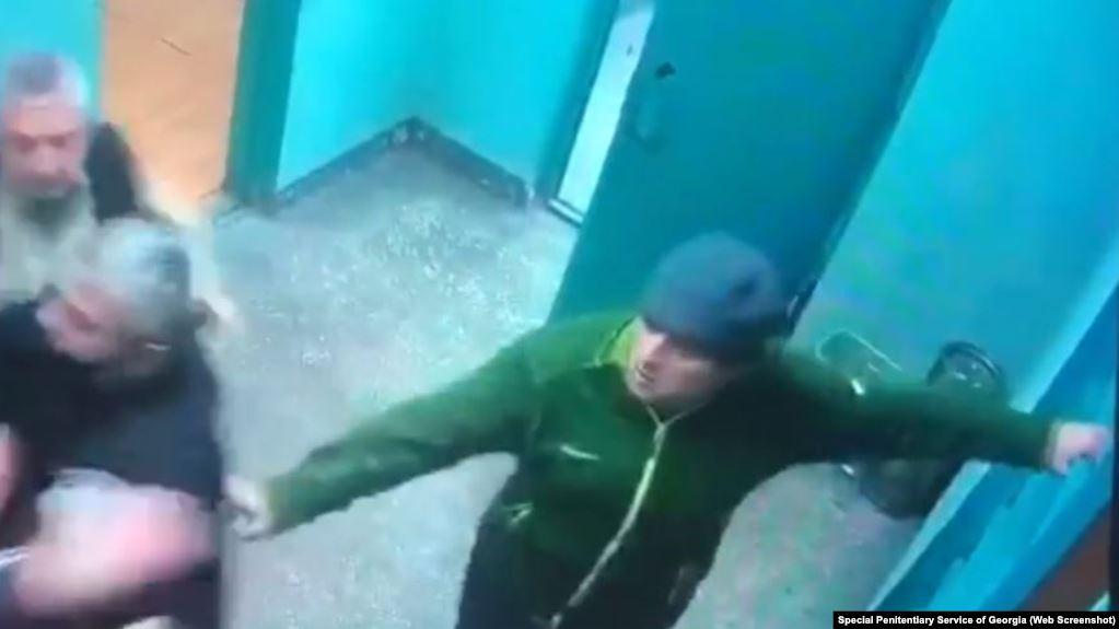 სპეციალური პენიტენციური სამსახური ციხეში გიორგი რურუაზე თავდასხმის კადრებს აქვეყნებს (ვიდეო)