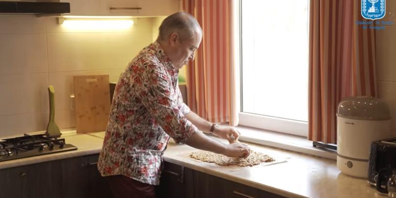 ისრაელის ელჩმა, რან გიდორმა ქართული გოზინაყი მოამზადა და ახალი წელი მოგვილოცა