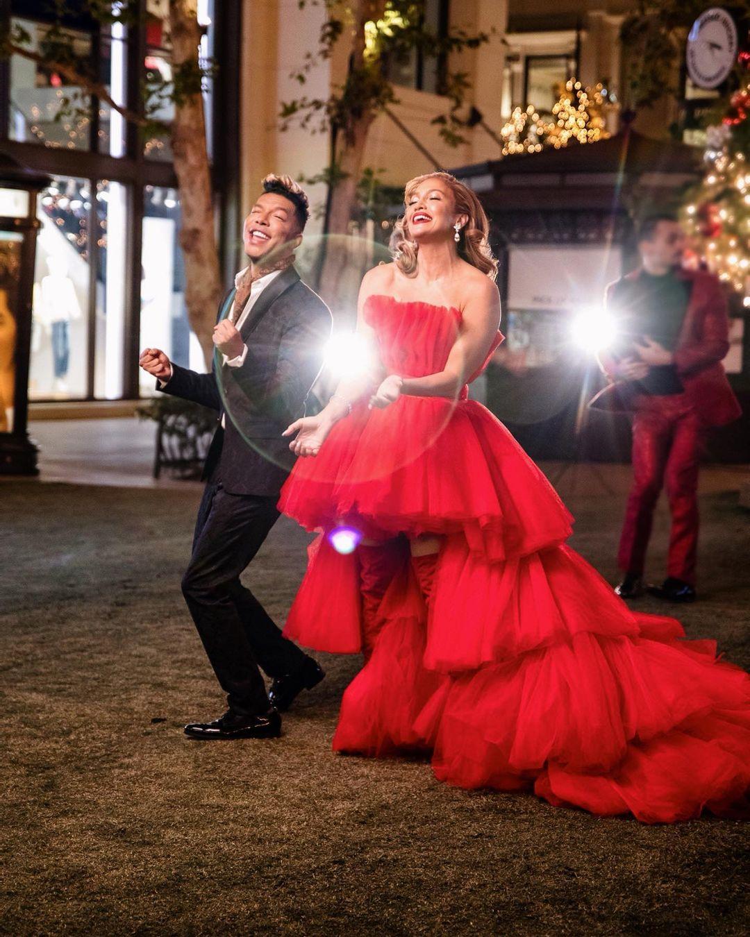 ჯენიფერ ლოპესის საახალწლო სიმღერა და მაგიური წითელი კაბა (ვიდეო)