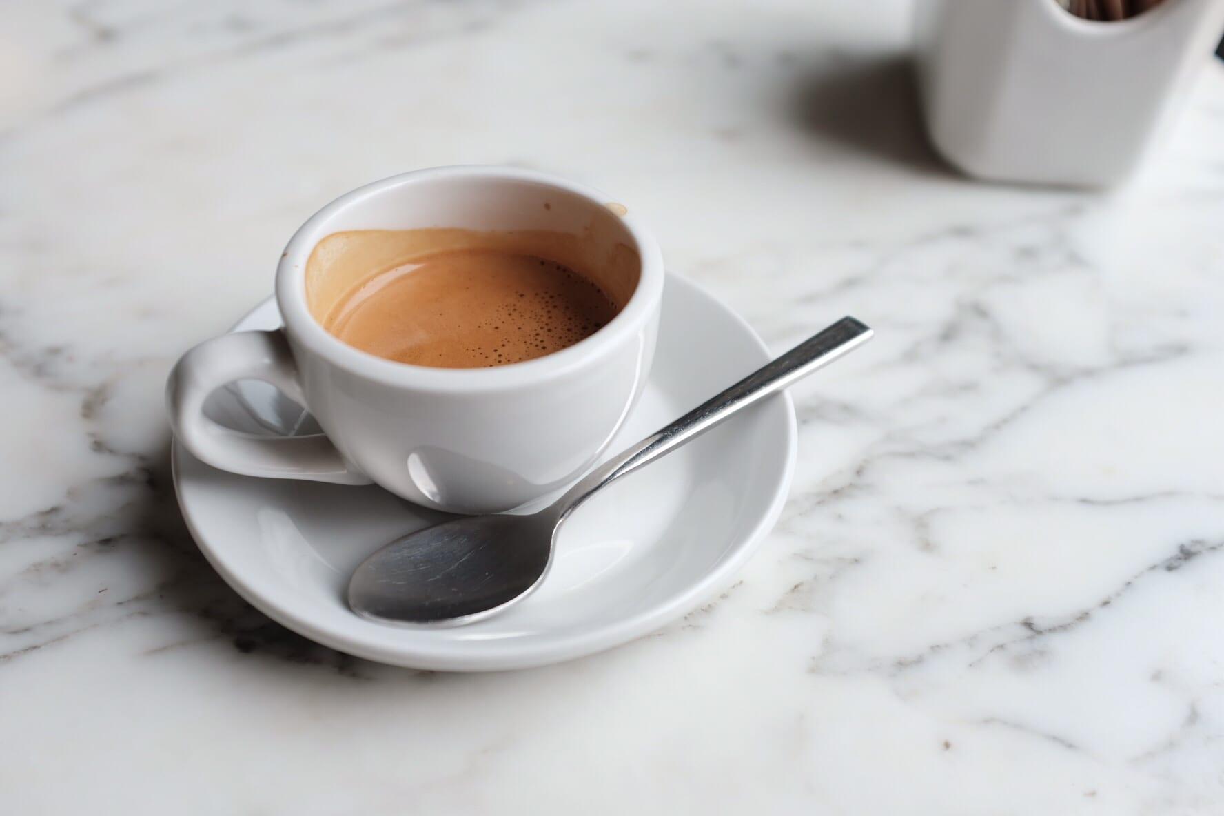 """""""პირველი ადამიანი ხართ ვისაც გაუკვირდა ერთი ჭიქა ყავა 20 ლარი რომ ღირს"""" (ვიდეო)"""